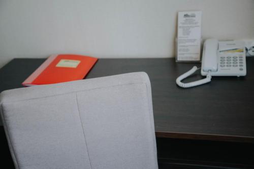 журнальный стол и телефон в стандарте