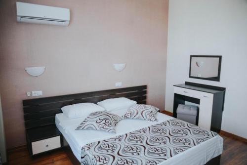 кровать в стандарте с большой кроватью