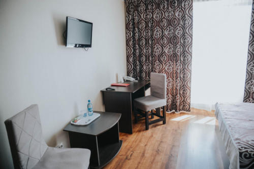 стандарт с большой кроватью письменный и журнальный стол