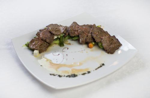 Теплый салат из говядины, с заправкой из грейпфрута и сыра фета