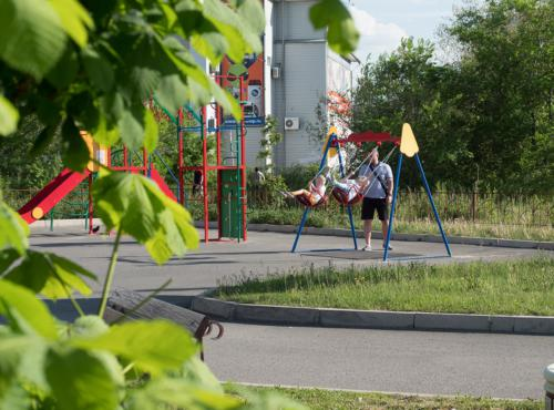 Детская площадка возле летнего кафе